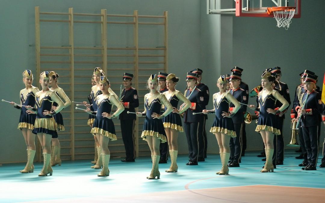Pokaz musztry paradnej w wykonaniu Młodzieżowej Orkiestry Dętej z Mykanowa